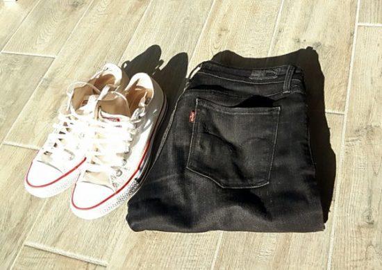 jeans levis noir et converses blanches